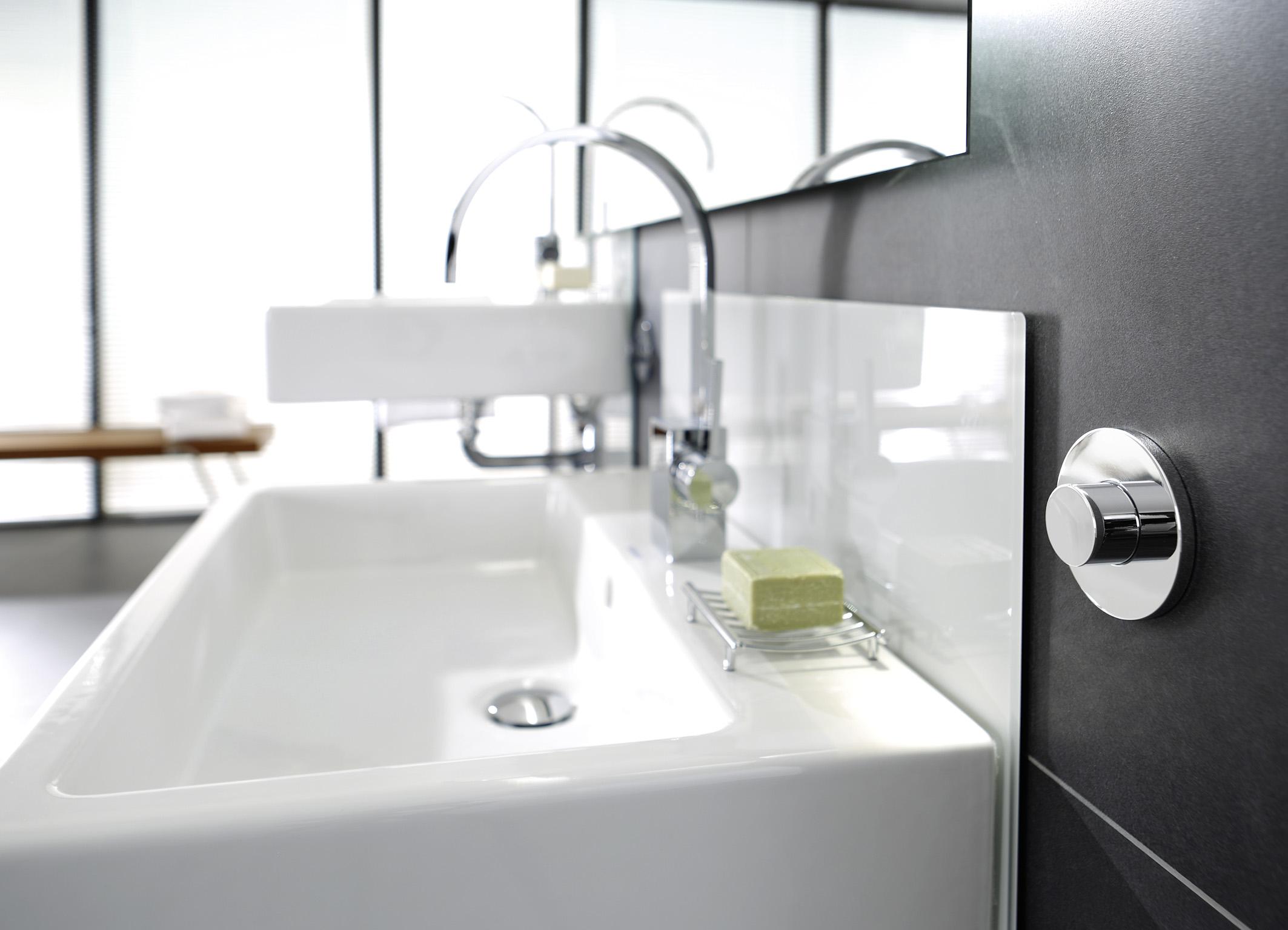 Wasbak Badkamer Plaatsen : Stel uw wastafel of toilet met een druk op de knop op de juiste