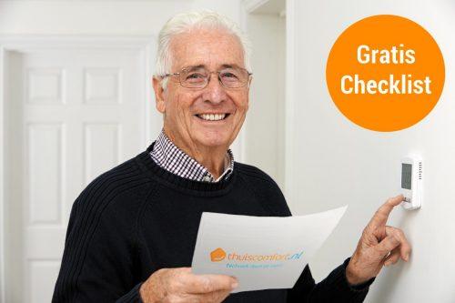 Meneer met Thuiscomfort Checklist wijst op zijn cv-thermostaat