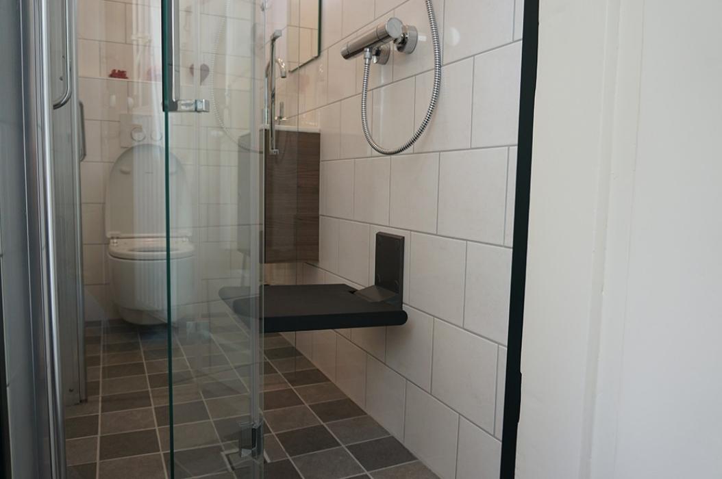 Inloopdouche Met Sanitairspecialist : Grootse metamorfose piepkleine badkamer