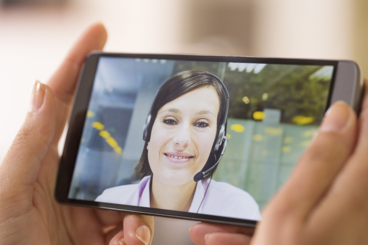 Senior heeft via iPad of smartphone contact met de verpleegkundige.