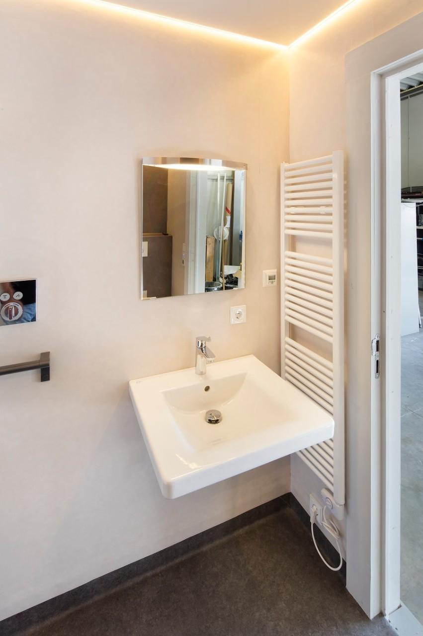 Een badkamer on demand - Badkamer met wastafel ...