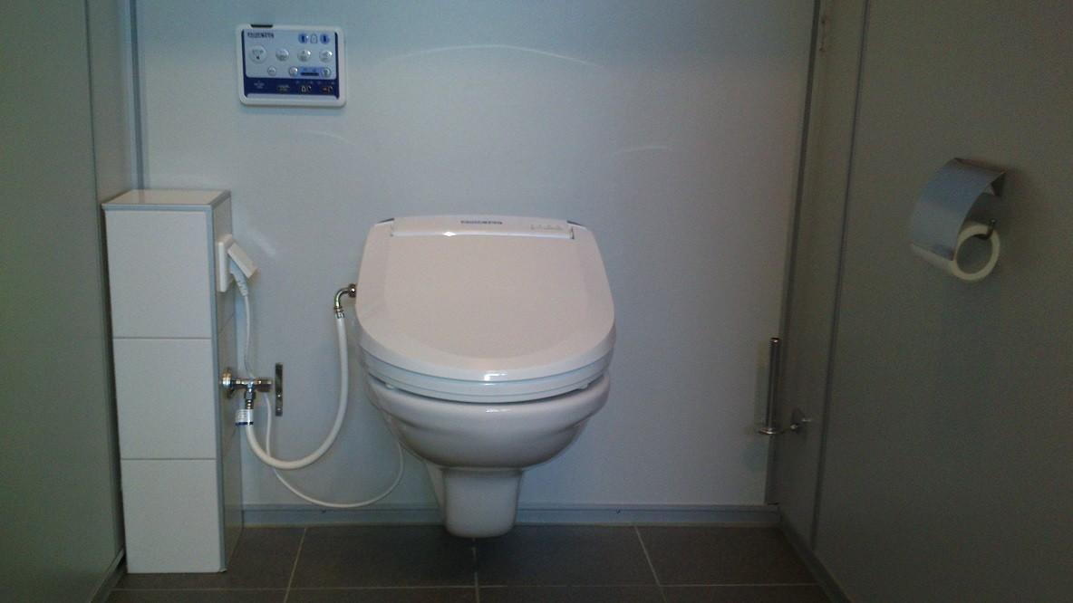 Installatiezuil Postma Totaaltechniek naast een douche-wc