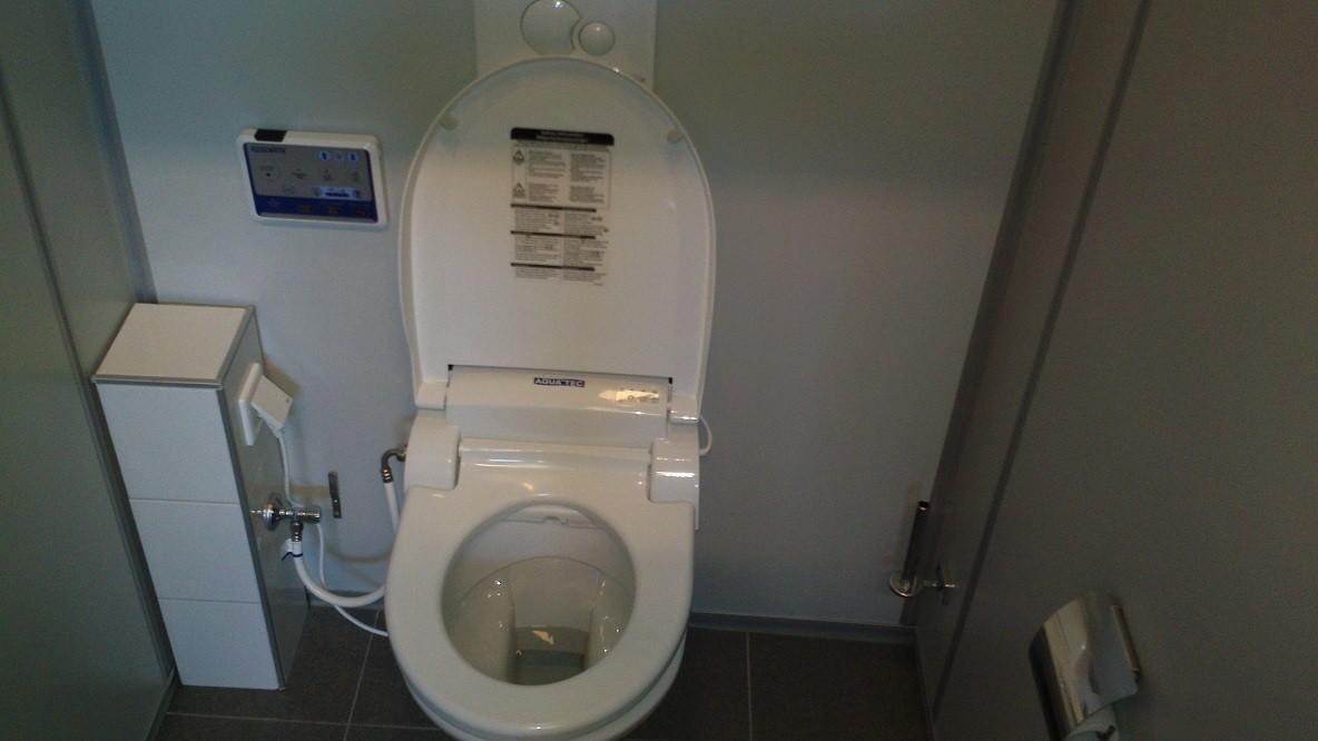 Bovenaanzicht douchetoilet en installatiezuil