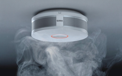 Rookmelder van Gira in rokerige ruimte