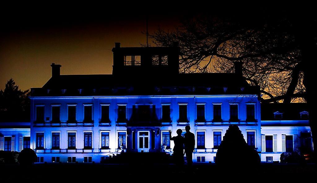Paleis Soestdijk blauw verlicht op 2 april, Wereld Autisme Dag
