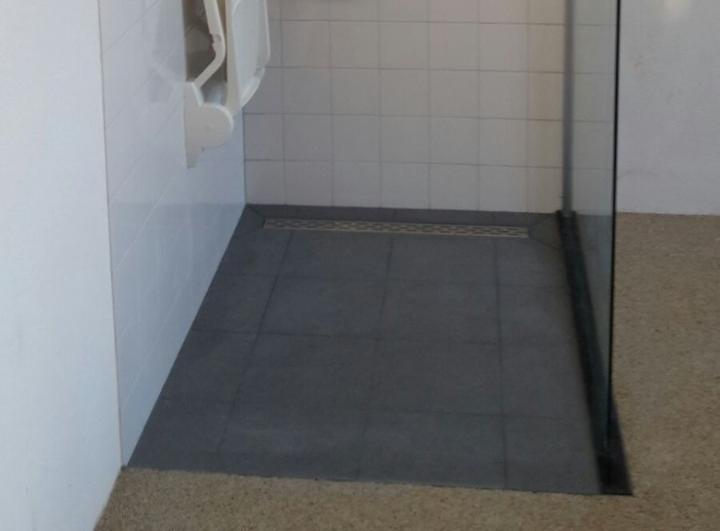 Badkamer Voorbeelden Inloopdouche : Aangepaste badkamer ouderen oogt modern